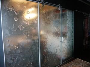 murs et porte coulissante en verre fusion
